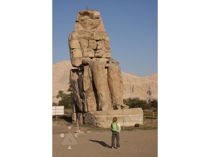An* frente al Coloso Norte. Colosos de Memnon. Egipto
