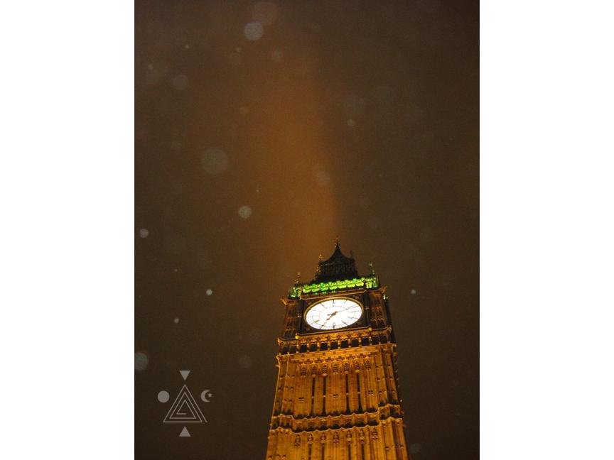 Lluvia de orbes sobre el BigBen. Londres. Inglaterra